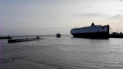Links ein Frachtschiff, in der Mitte die Fähre nach Borkum, rechts ein riesiger Auto-Transporter
