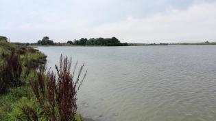 Im Hintergrund der 325 Meter lange Fußgänger- und Radfahrerbrücke über den See