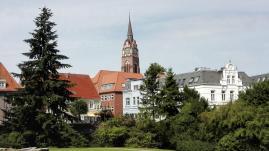 Blick aus dem Schlosspark hinüber zur Altstadt von Jever