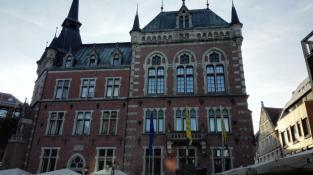 Das historische Rathaus von 1888 m Stil von Neugotik und Neurenaissance