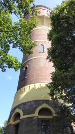 Sieht aus wie ein Leuchtturm, ist aber der alte Wasserturm Oldenburg-Donnerschwee von 1896