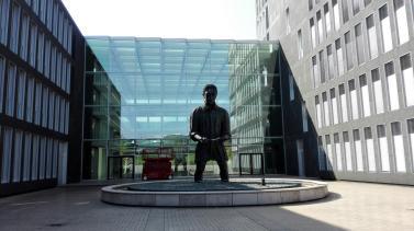 Skulptur vor dem modernen Gebäude der Nordelbischen Landesbank