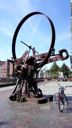 Skulptur am alten Stadthafen an der Hunte
