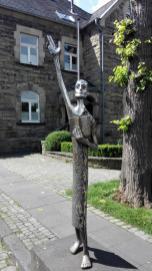 Skulptur vor dem katholischen Pfarrhaus