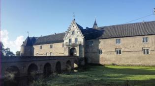 Die Vorburg von Schloss Hülchrath mit dem ehemaligen Wassergraben