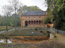 Blick über den Wassergraben auf das Herrenhaus mit Loggia