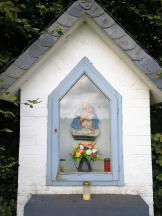 Wegkreuz mit Marienfigur am Rande des Hoppbruchs