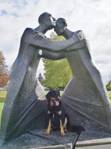 Skulptur der Deutsch-Französischen-Freundschaft. Doxi ist auch dabei.