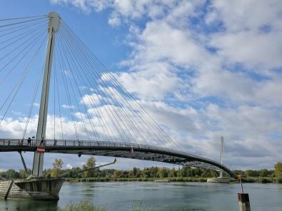 Die Brücke ist nur für Fußgänger und Fahrradfahrer da