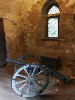 Alte Kanone im Burgportal