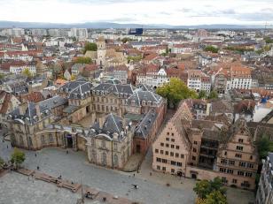 Blick auf den Kirchplatz auf der Südseite des Münsters. Links das Palais Rohan, rechts das Kirchenmuseum.