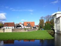 """Blick hinüber zu den Häusern im """"Alten Dorf"""" hinter dem Ostwall"""