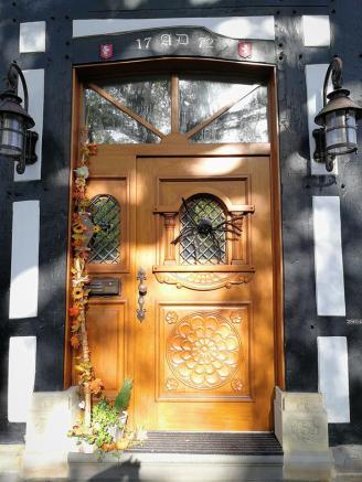 Für Halloween geschmücktes Portal an einem Bauernhaus