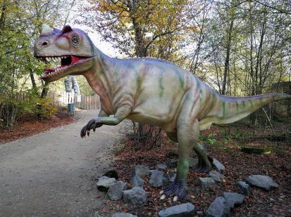 Vor dem Naturparkzentrum befindet sich ein Dino-Erlebnispark