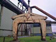 Riesige Greifer, mit denen früher Stahlrohre, Kessel und andere Produkte der Hütte bewegt wurden