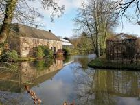 Hinter dem Wassergraben beginnt der berühmte Schlosspark Arcen