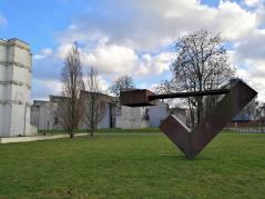 """Skulptur am """"Garten der Erinnerung"""", dahinter das neue jüdische Gemeindezentrum"""