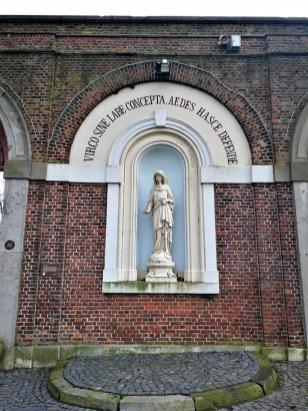 Heiligenfigur am Eingangsportal