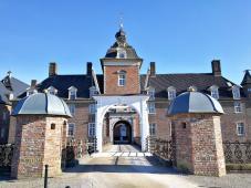 Zufahrt und Hauptportal der Burg