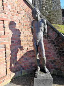 Skulptur an der großen Treppe, die die verschiedenen Terrassenebenen verbindet