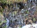 Eiszapfen auf dem Schiefergestein