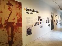 Eingang zur Beuys-Ausstelung im Hauptgebäude