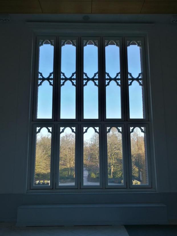 Blick aus dem Schloss in den Vorhof