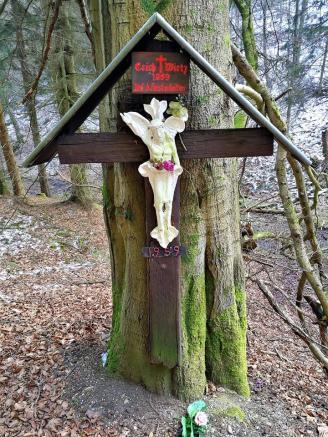 Gedenkkreuz für einen bei der Waldarbeit Verstorbenen am Huschelbach