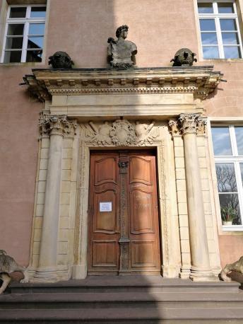 Portal des Hauptbebäudes