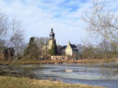 Blick von Südosten über den See zur Burg