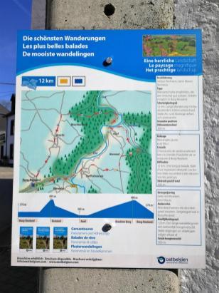 Infotafel zu den Wanderwegen rund um Burg-Reuland. Wie immer in dieser Gegend dreisprachig gehalten.