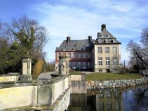Blick über die steinerne Brücke zum Schloss