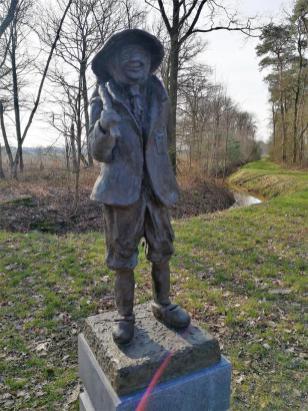 Figur eines Torfstechers am früheren Grenzgraben