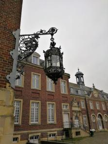 Historische Beleuchtung am Hauptflügel