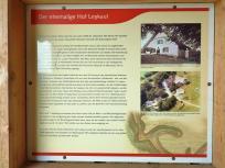 Infotafel am letzten bewohnten Gehöft innerhalb des Nationalparks Eifel