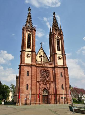 Die Kirche wurde zwischen 1510 und 1518,errichtet die ursrüngichen Türme jedoch 1834 durch neue, höhere ersetzt