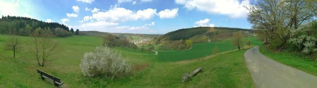 Panoramablick vom Rügert hinunter nach Niederauroff