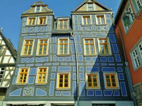 """Das """"schiefe Haus"""" neben dem Rathaus"""