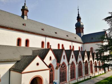 Basilika mit Kapellen an der Südfassade