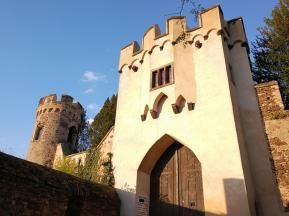 Außen vor dem Burgtour - Einlass leider nur in Verbindung mit eirer organisierten Führung