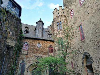 Innenhof mit der Kapelle und dem Bergfried
