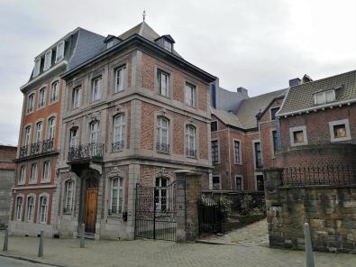 Historische Gebäude nahe der Kirche auf dem Mont St. Martin