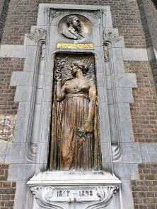 Jegendstilbild an der Fassade des Ecole d'armurerie Léon Mignon