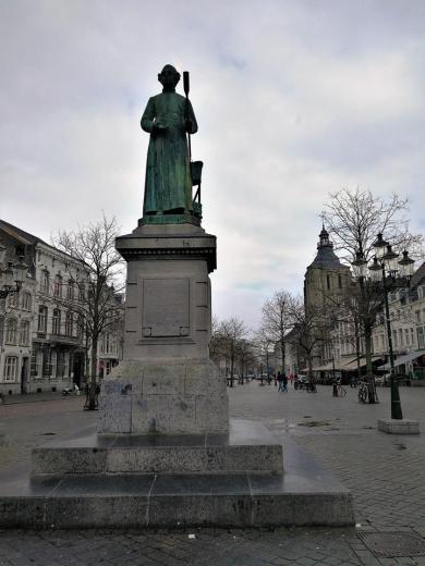 Die Minckelers-Statue am Markt mit der ewig brennenden Flamme erinnert an den Wissenschaftler Johannes Petrus Minckeleers, dem Erfinder der städtischen Gasbeleuchtung