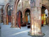 Im zerstörten Innenbereich der St. Christoph-Kirche