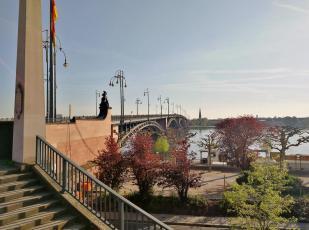 Über die Theodor-Heuss-Brücke gelangen wir auf die andere Rheinseite