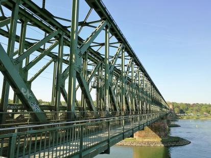 Die Eisenbahnquerung Südbrücke, ein gern genutzter Weg über den Rhein auch für Radfahrer und Fußgänger