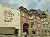 Die ursprüngliche Fabrikationsstätte von Asbach Uralt am Bahnhof von Rüdesheim