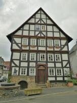 Das Märchenmuseum neben der Walpurgiskirche, wo Rapunzel gerade ihr Haar herunterlässt.