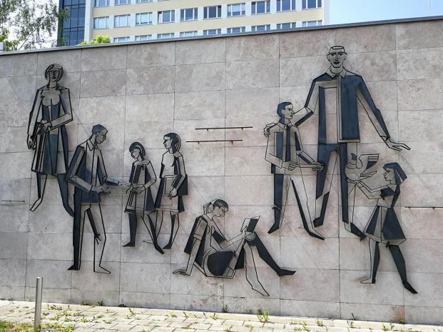 Wandskulptur an einem Universitätsgebäude an der Nordhauser-Straße